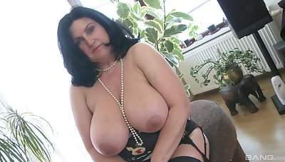 Heavy white doll masturbates only with the brush glass dildo with an increment of moans