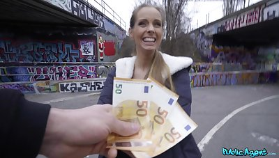 Unprofessional blonde finds evenly intriguing with reference to fuck on high cam far succession for cash