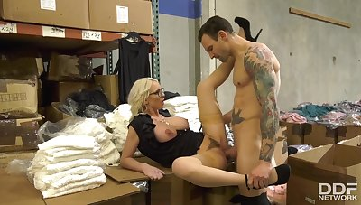 Examiner Caught Mature MILF and Fucked Bitch right close by the Warehouse