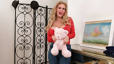 Horny blonde slattern Casca Akashova knows be that as it may to pleasure a fat dick